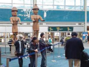 YVR空港木彫りの待ち合わせ場所